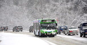 Bus de navette sur la route dans la neige Images stock