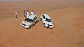 Bus in de woestijn van Oman wordt ingepakt dat stock footage