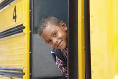 Bus del bordo dell'allievo della scuola elementare Fotografie Stock