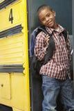 Bus del bordo dell'allievo della scuola elementare Immagini Stock Libere da Diritti