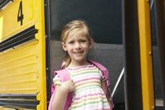 Bus del bordo dell'allievo della scuola elementare Fotografia Stock Libera da Diritti