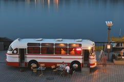 Bus del caffè sulla banchina della città di notte immagine stock