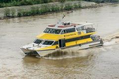 Bus dell'acqua di Rangoon, o taxi dell'acqua nel fiume di Hlaing Trasporto pubblico nel Myanmar, Jan-2018 immagini stock