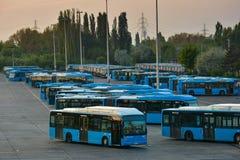 Bus della città di Budapest in un garage concentrare Fotografia Stock