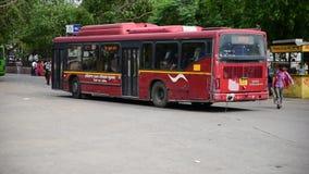 Bus della città di Gurgaon che si muove dal supporto di bus di Gurgaon stock footage