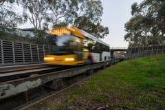 Bus, der auf die Bahn Adelaides O-Bahn reist Stockfoto