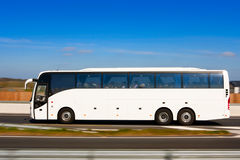Bus in der Bewegung Lizenzfreies Stockfoto