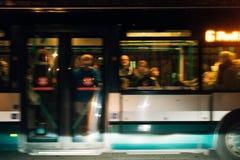 Bus in der Bewegung an der Dämmerung Lizenzfreies Stockfoto