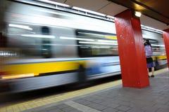 Bus, der Depot die weibliche Aufwartung verlässt Lizenzfreies Stockfoto