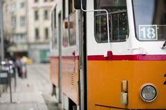 Bus in der Stadt, die vorbei überschreitet Stockbild