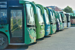 Bus in der Zeile lizenzfreie abbildung