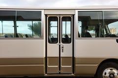 Bus di Brown che sta su una fermata dell'autobus Fotografia Stock Libera da Diritti