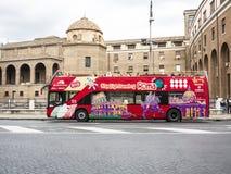 Bus di giro di Roma - facendo un giro turistico Fotografie Stock Libere da Diritti