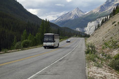 Bus di giro in Rocky Mountains - Jasper National Park immagini stock