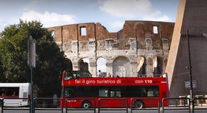 Bus di giro rosso di Roma Colosseum Fotografie Stock Libere da Diritti