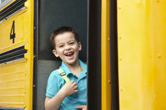 Bus di imbarco dell'allievo della scuola elementare Fotografia Stock Libera da Diritti