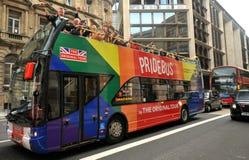 Bus di Londra Pride Sightseeing nel centro urbano immagine stock libera da diritti