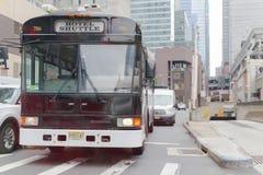 Bus di navetta dell'hotel in via di New York City fotografia stock