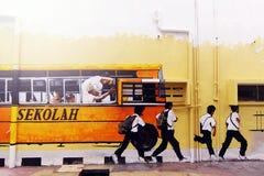 Bus di scuola di arte della via con gli allievi Fotografia Stock
