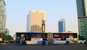 Bus di Transjakarta alla rotonda dell'Indonesia dell'hotel fotografie stock libere da diritti