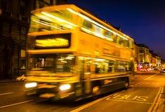 Bus di velocità nel centro urbano di DUBLINO immagine stock libera da diritti