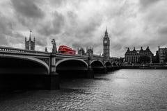 Bus die centraal Londen kruisen tijdens een grijze dag stock fotografie
