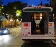 Bus die de stad in van de rug wachten stock fotografie