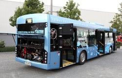 Bus die door het Aardgas van het LNG wordt aangedreven Stock Afbeelding