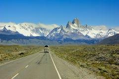 Bus die op weg naar berg Fitz Roy in Patagonië gaan Royalty-vrije Stock Foto