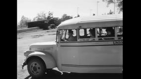 Bus die van schoolcampus weggaan en naar weg op weg zijn stock footage