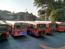Bus die zich in rij voor vertrek bevinden stock afbeeldingen