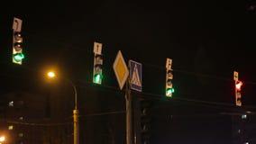 Bus e semaforo di notte stock footage