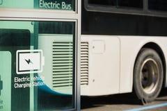 Bus elettrico sulla via Immagini Stock