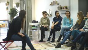 Bus en steungroep tijdens psychologische therapie opleiding voor vrouwen ontwikkeling van sensualiteit stock video