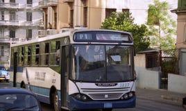 Bus fährt Abstiegstraße in Havana Stockfotografie