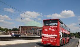 Bus facente un giro turistico in Düsseldorf Immagini Stock Libere da Diritti