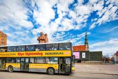 Bus facente un giro turistico della città gialla a Riga, Lettonia immagine stock