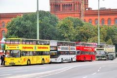 Bus facenti un giro turistico della città a Berlino Fotografia Stock Libera da Diritti