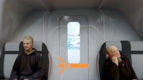 Bus futuristico del passeggero che sorvola la città, città Architettura del futuro Siluetta dell'uomo Cowering di affari 4k reali royalty illustrazione gratis