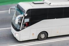 Bus gehen auf der Autobahn stockfoto