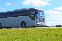 Bus geht auf die Landlandstraße Lizenzfreie Stockfotos