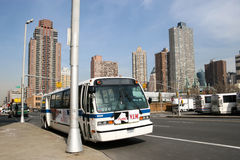 Bus geparkt in Manhattan Stockbilder