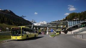 Bus giallo in st Anton Fotografie Stock Libere da Diritti
