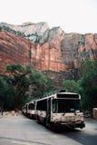 Bus herauf die Schlucht bei Zion National Park Utah, USA lizenzfreie stockbilder