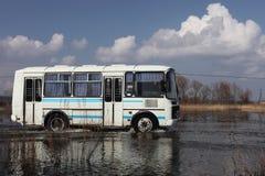 Bus im Fluss Stockbild