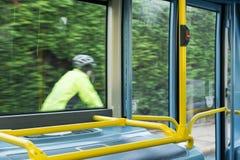 Bus-Innenraum an den öffentlichen Transportmitteln lizenzfreies stockbild