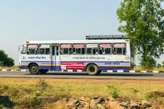 Bus interurbano sulla strada principale di Jodhpur in India Fotografia Stock