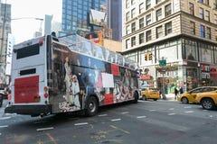 Bus met de advertentie van CK stock fotografie