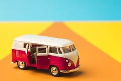Bus miniatura d'annata nel colore d'avanguardia, concetto di viaggio immagini stock