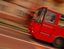Bus in motie royalty-vrije stock fotografie